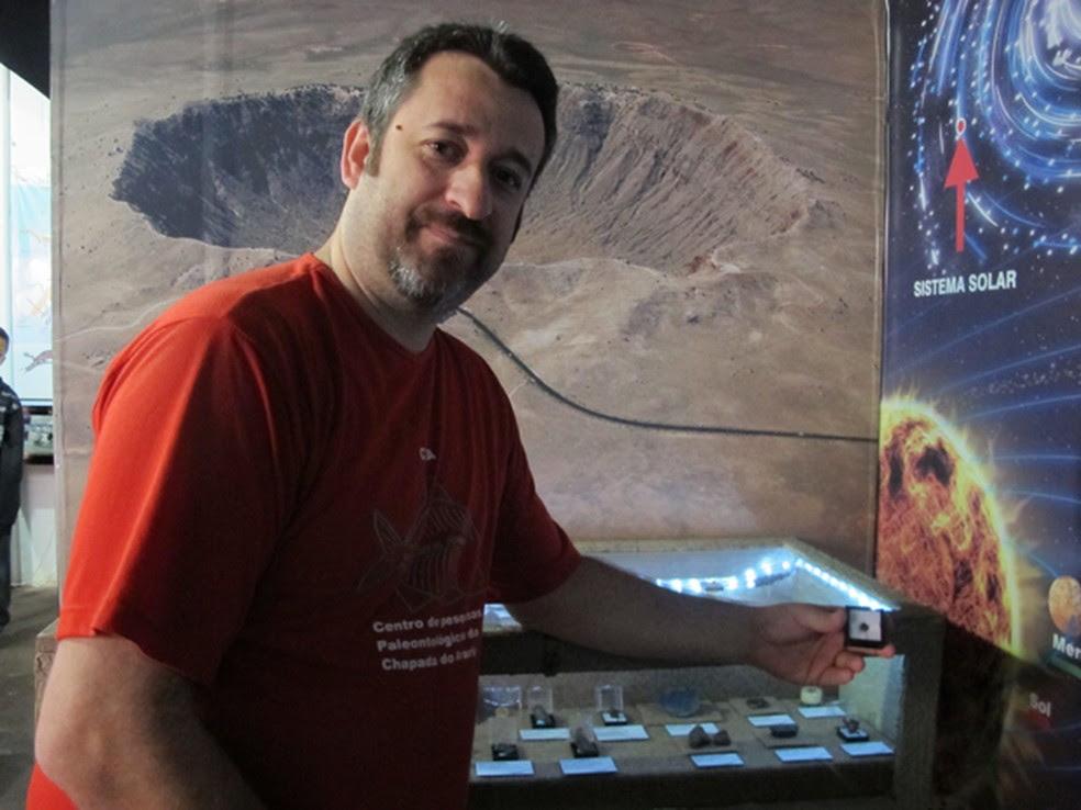 Paulo Matioli segurando a caixa com o fragmento do meteorito (Foto: Mariane Rossi/G1)