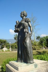 Nos jardins do palácio, estátua da Imperatriz Dona Leopoldina com seus filhos: a primogênita Maria da Glória, que viria a ser Rainha de Portugal, e o caçula Pedro de Alcântara (no colo), futuro Imperador do Brasil.