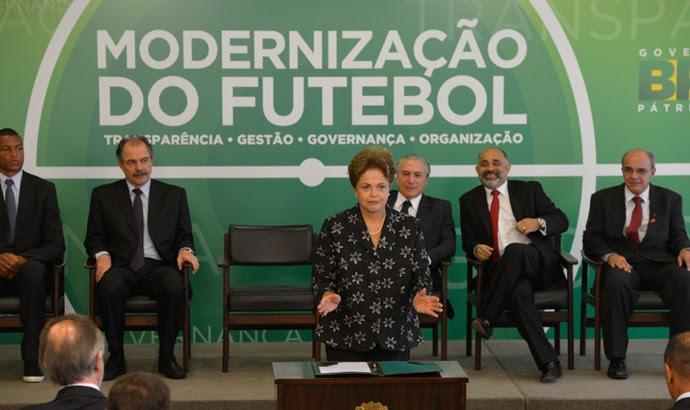 Dilma Rousseff assina MP do Futebol (Foto: Agência Brasil)