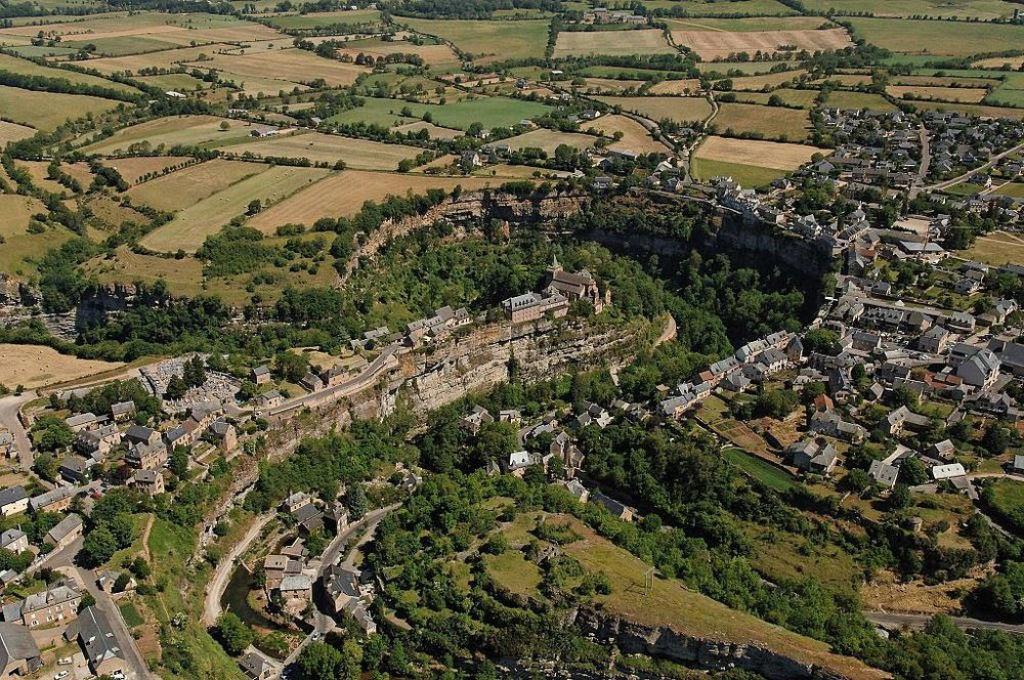 Bozouls: Uma cidade francesa empoleirada acima de um buraco 02
