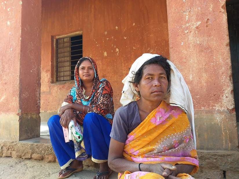 Baghiya Birjiyan, daughter of Budhni who passed away due to starvation, sits with her neighbour. Image courtesy: Natasha Trivedi