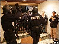 Policía antimotines en suburbio de Clichy-sous-Bois