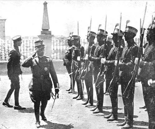 10 junio 1924. Visita de los Reyes de España e Italia a Toledo. Los Reyes de España e Italia supervisan las tropas en el Alcázar