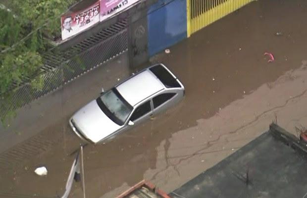 Alagamento cobre parte do carro em São Paulo (Foto: Reprodução TV Globo)