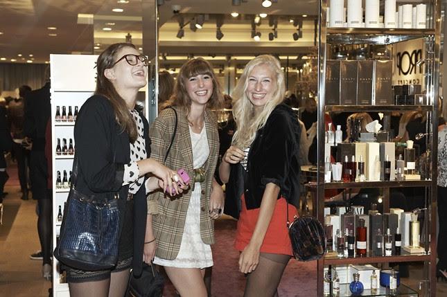 9c - Vogue_Fashions_Night_Out_Duesseldorf_Apropos_Anna, Sara, und Sara im Apropos_023