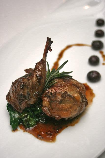 Pigeon contisé au foie gras grillé à l'américaine, champignons boutons en sangria - Grilled pigeon stuffed with foie gras, buttom mushroom sangria