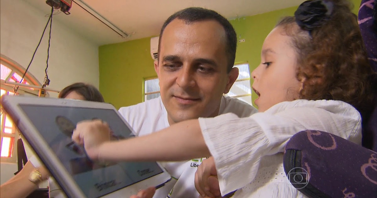 Resultado de imagem para Brasileiro cria aplicativo para se comunicar com filha que tem paralisia cerebra