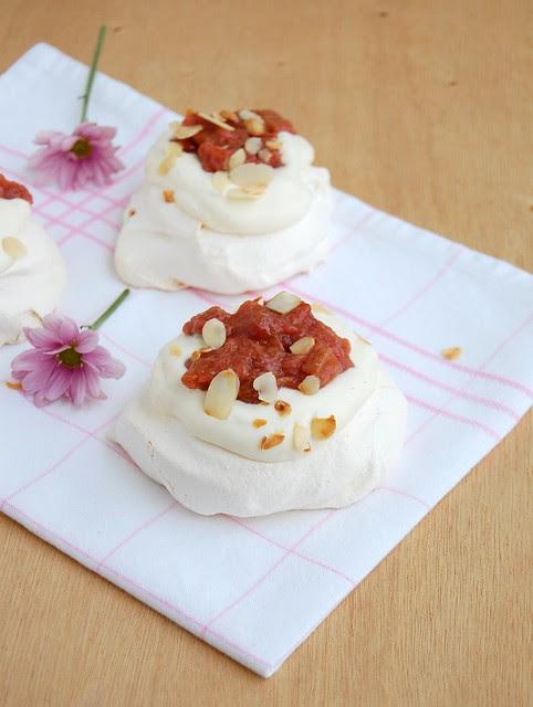Mini rhubarb pavlovas / Mini pavlovas de ruibarbo