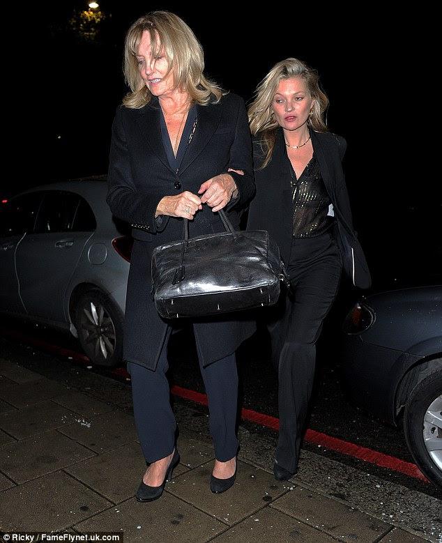Tal mãe tal filha!  Kate e sua mãe Linda Rosina pastor parecia muito parecidos enquanto se dirigiam para o lançamento de moda masculina de Stella McCartney no Abbey Road na noite de quinta