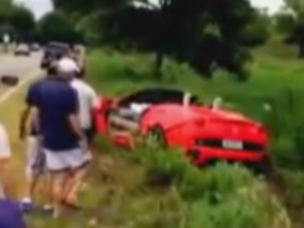 Retirada da Ferrari foi acompanhada de perto por outras pessoas (Foto: G1)