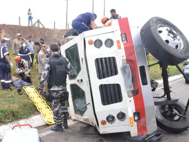 Carro forte perdeu controle em ladeira na BR-230 e tombou (Foto: Walter Paparazzo/G1)