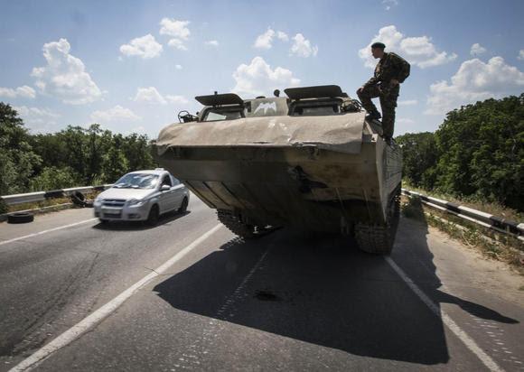 Um separatista pró-russa olha de um veículo anfíbio perto de um ponto de verificação de estrada fora da cidade ucraniana oriental de Luhansk 08 de junho de 2014. REUTERS / Shamil Zhumatov