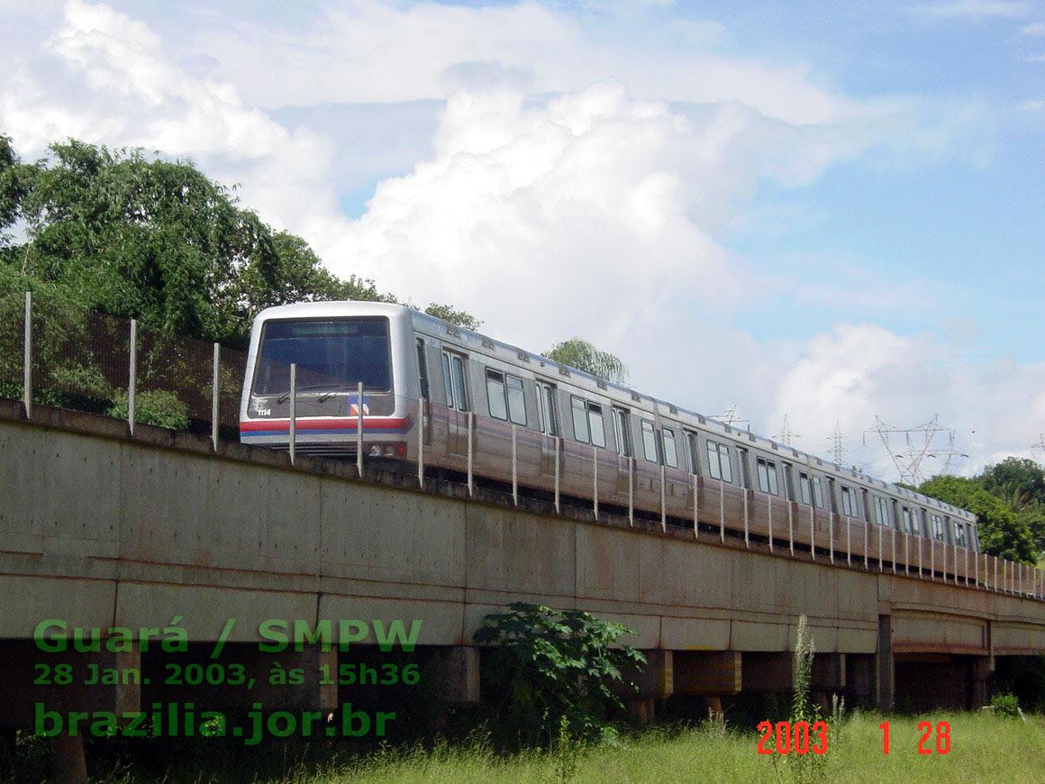 Trem 1111-1114 do Metrô de Brasília no viaduto sobre a várzea do córrego Vicente Pires
