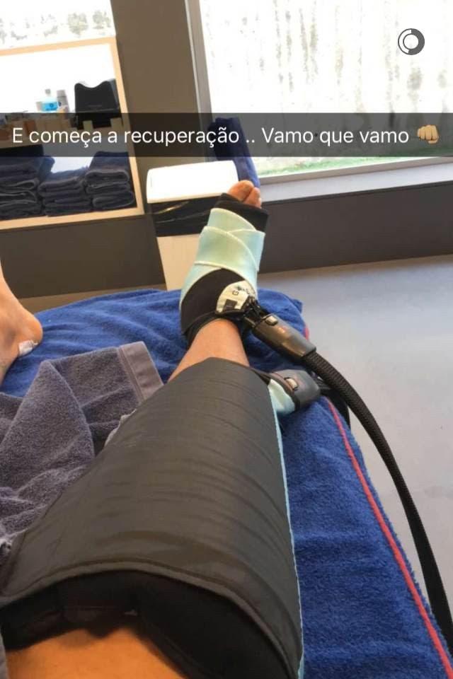 Neymar com tornozelo enfaixado