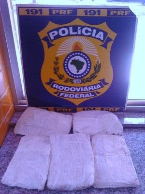 Droga foi achada na bolsa de passageira de 21 anos (Foto: PRF/Divulgação)