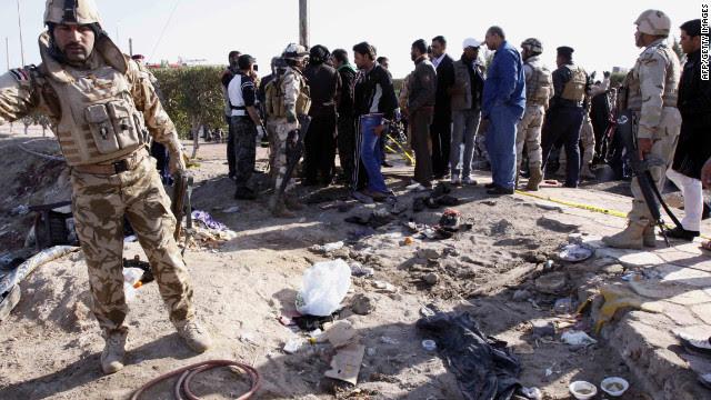 Ιρακινές δυνάμεις ασφαλείας inpsect τη σκηνή του σε βομβιστική επίθεση αυτοκτονίας που σκότωσε περισσότερα από 50 άτομα το Σάββατο κοντά στη Βασόρα.