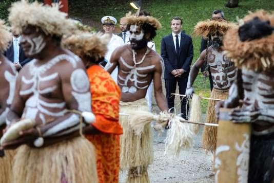 Emmanuel Macron assiste à une cérémonie traditionnelle au centre culturel Jean-Marie Tjibaou à Nouméa, le 5 mai.