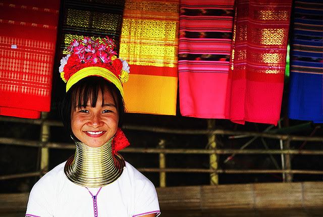 Gelang leher  jerapah dan Tambal Hidung yaitu kecantikan bagi suku mereka Modifikasi Tubuh Suku-Suku di Dunia