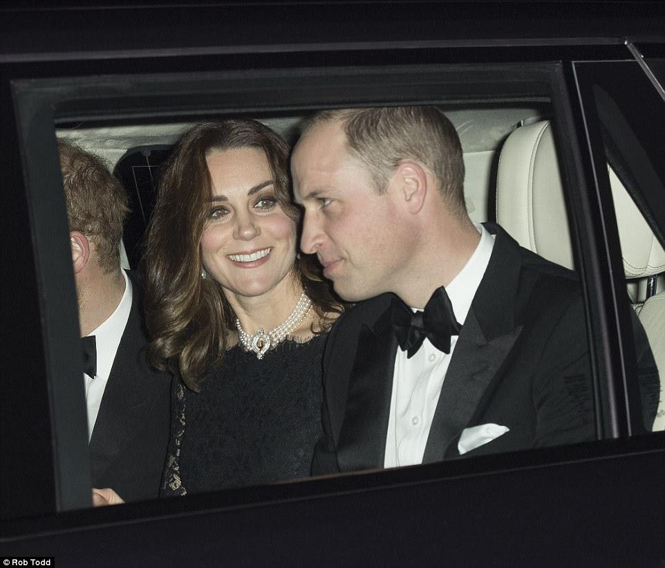 As condições eram um pouco ajustadas, não demorou muito para que Kate derramara seu casaco de inverno revelando um elegante vestido de renda preta