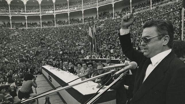 1977. Ruiz Gallardón habla en un mitin de Alianza Popular en las Ventas