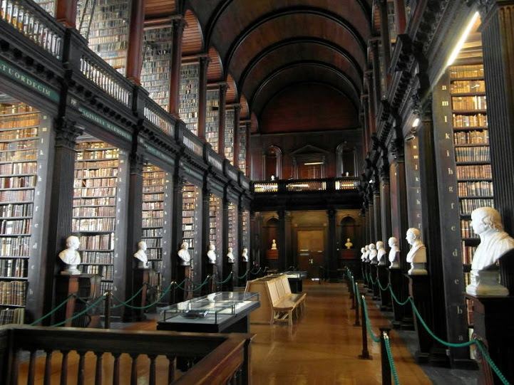 Long Room Old Library at Trinity College Dublin libreria Biblioteca 2