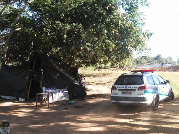 Casal estava em barraca quando polícia cumpriu prisão (Foto: Tribuna Popular/ Reprodução)