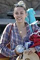 miley cyrus joins her parents for grocery shopping in malibu 02