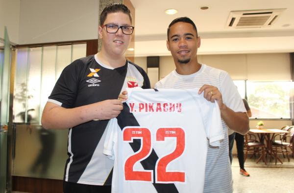 José Eduardo recebe camisa de presente de Yago Pikachu
