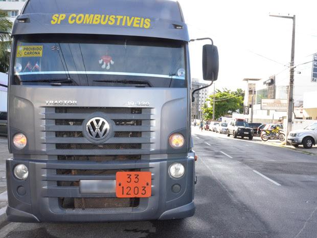 Caminhão que armazenava a gasolina foi apreendido e está estacionado em frente à delegacia (Foto: Walter Paparazzo/G1)