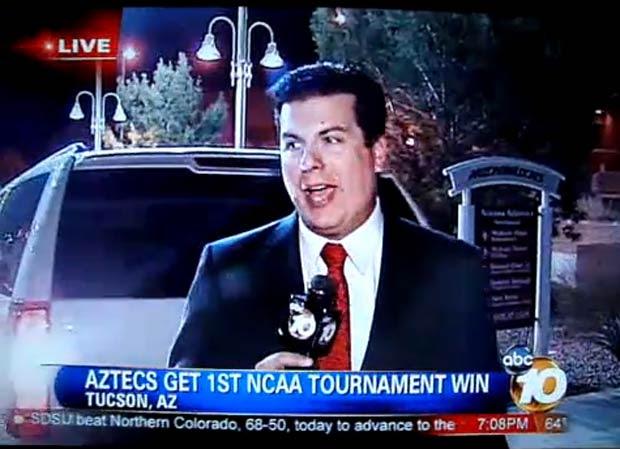 Em março de 2011, um repórter da rede americana ABC quase foi atropelado por uma van quando fazia uma transmissão ao vivo para um telejornal em Tucson, no estado do Arizona. (Foto: Reprodução)