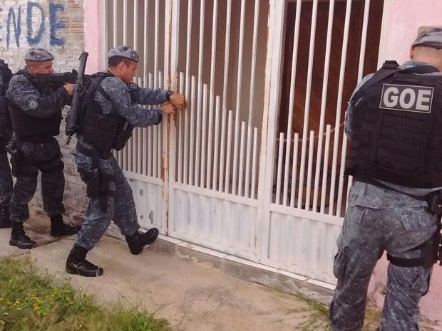 Agentes do GOE durante abordagem para localizar pernambucano foragido da Justiça. (Foto: Divulgação / GOE)