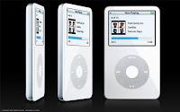 Fotografía de tres iPods en distintos ángulos, sobre fondo negro