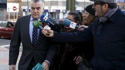 El extesorero del PP Luis Barcenas asu llegada al juzgado de Madrid para declarar sobre el borrado de los discos duros de sus ordenadores  en el PP. REUTERS/Andrea Comas