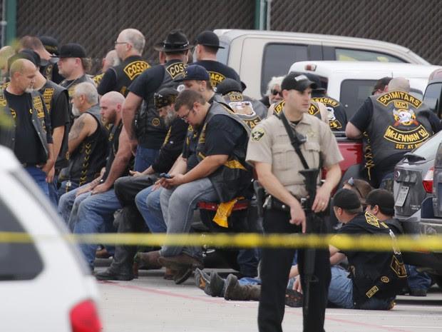 Policiais vigiam motociclistas detidos após tiroteio em Waco, no Texas neste domingo (17) (Foto: Rod Aydelotte/Waco Tribune-Herald via AP)