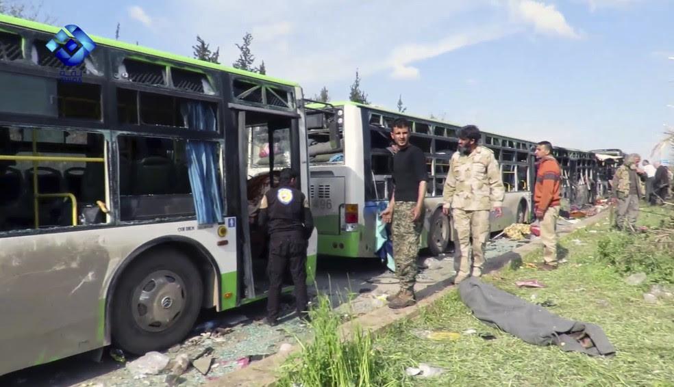 Comboio de ônibus sofreu ataque perto de Aleppo, na Síria, no sábado (15) (Foto: Thiqa News/AP)