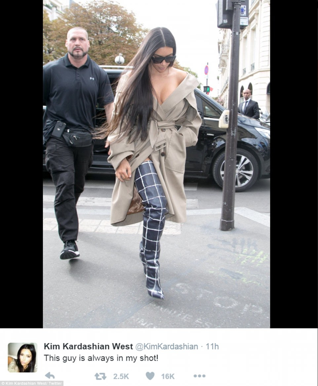 """relação de trabalho: ela postou uma foto paparazzi de ela com sua guarda de segurança já famoso e no subtítulo """"Esse cara está sempre em meu tiro! '  on Instagram no domingo"""