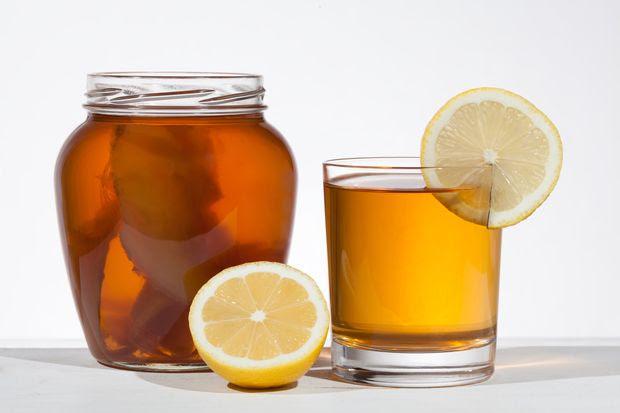 Kombucha, uma zooglea, tipo de comunidade de leveduras e bactérias, alimenta-se do açúcar no chá e produz ácidos e vitaminas, que resultam na bebida