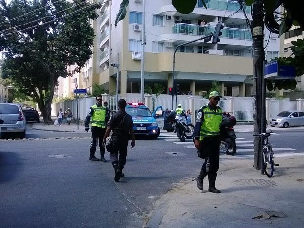 Estrada dos Três Rios foi fechada e trânsito foi desviado com auxílio de agentes da CET-Rio (Foto: Lilian Quaino/G1)