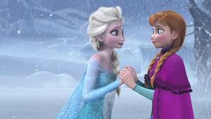 A caçula Anna adora sua irmã, Elsa, mas um acidente envolvendo os poderes especiais da mais velha, durante a infância, fez com que os pais as mantivessem afastadas. Após a morte deles, as duas cresceram isoladas no castelo da família, até o dia em que Elsa deveria assumir o reinado de Arendell. Com o reencontro das duas, um novo acidente acontece e ela decide partir para sempre e se isolar do mundo, deixando todos para trás e provocando o congelamento do reino. É quando Anna decide se aventurar pelas montanhas de gelo para encontrar a irmã e acabar com o frio.