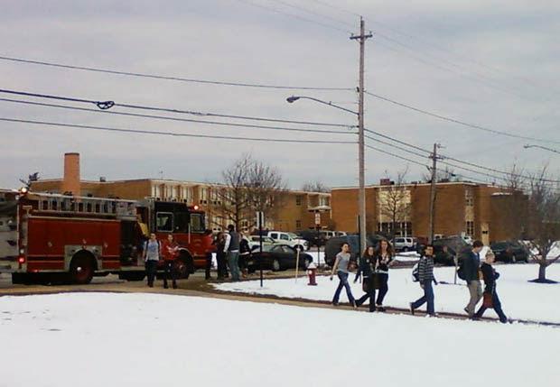 Pessoas deixam a Chardon High School nesta segunda-feira (27) após o tiroteio (Foto: AP)