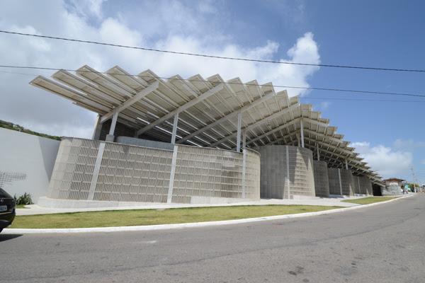 A arquitetura diferente chama atenção para o ginásio construído no bairro de Mãe Luiza