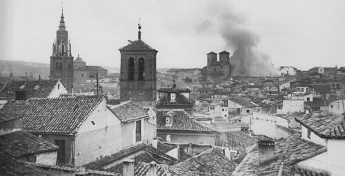 Incendio de la delegación de Hacienda el 10 de febrero de 1921. En primer término, la Iglesia de la Magdalena. Foto Rodríguez