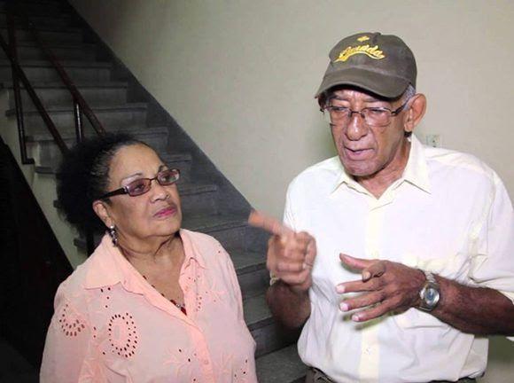 """Aurora Basnuevo (Estervina) y Mario Limonta (Sandalio el Bola'ó) dos de los intérpretes de """"Alegrías de Sobremesa"""". Foto: Captura de pantalla de Youtube."""