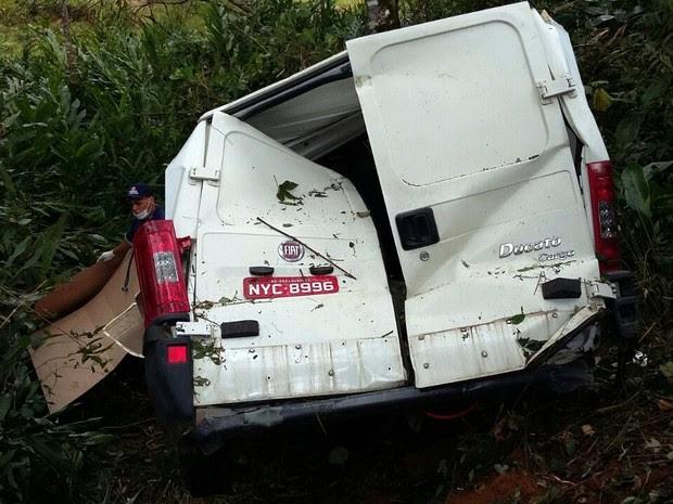 Motorista morreu ao cair em ribanceira na MG-347, em Cristina (MG) (Foto: Luciano Lopes)