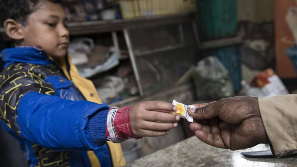 El caramelo que ofrecen a los niños después del tratamiento es el único nexo entre la tienda de dulces de Jawahar y el centro para quemados.