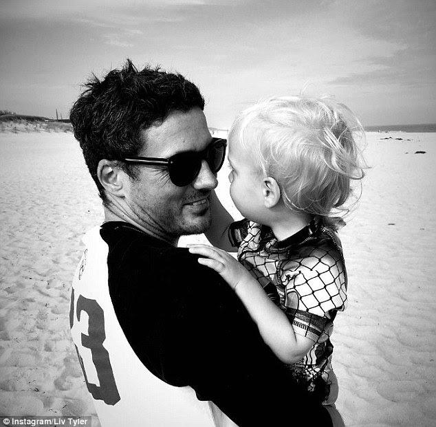 Amor da família: A estrela de tela também levanta filho, Gene Marinheiro, de 18 meses, com o seu futebol agente noivo Dave Gardner