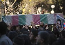 <p>Un grupo de personas sostiene el ataúd del científico iraní Ahmadi-Roshan durante su funeral en Teherán, ene 13 2012. Los líderes clericales iraníes instaron el viernes a sus ciudadanos a respaldar al Gobierno y enfrentar las amenazas de Occidente contra su programa nuclear, en el marco del funeral de un científico nuclear asesinado en Teherán. REUTERS/Morteza Nikoubazl</p>