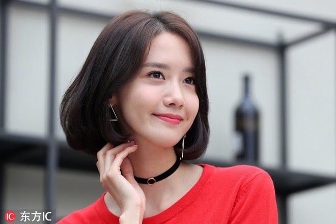 Từ khi cắt tóc ngắn, Yoona mặc đồ điệu đà cũng đẹp mà cá tính cũng xinh - Ảnh 2.