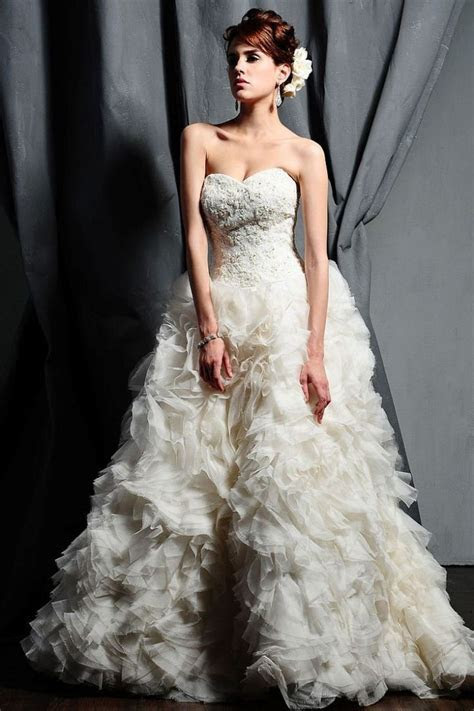 Saison Blanche Wedding Dresses with Graceful Elegance