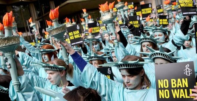 Activistas de Amnistía Internacional se manifiestan contra la política discriminatoria del presidente Trump. © Marie-Anne Ventoura/Amnesty UK